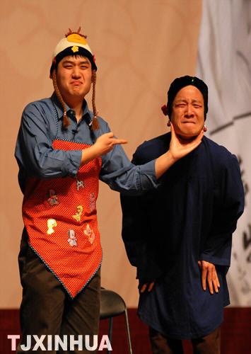 11月24日,马志明之子马六甲同牟洋表演相声小品《逗你玩》