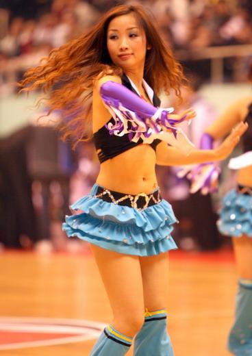图文:篮球宝贝热舞CBA赛场 八一美女秀发翘臀