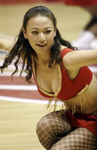 图文:篮球宝贝热舞CBA赛场 云南美女酥胸半露
