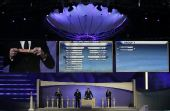图文:[抽签]世界杯预赛 凯勒展示美国签位