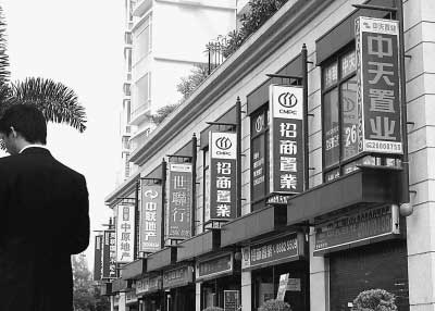 """""""炒风""""一片,造就了房产中介业的""""繁荣""""。图为深圳市南山区一住宅小区,地产中介云集。在鼎盛时期,竟然有18家房产中介公司在该小区""""扎堆""""。国新摄"""