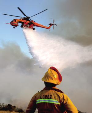 美加州山火上万人撤离