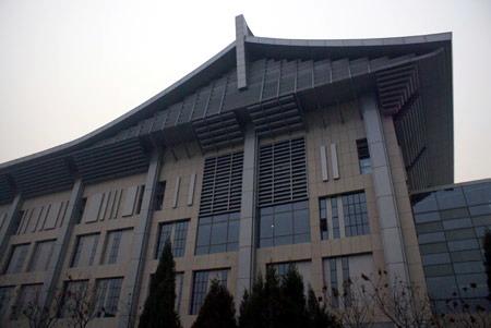 北京大学体育馆将交付验收 收尾工作进行中(图) 北大体育馆东侧