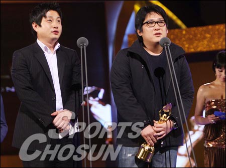 《优雅的世界》获最佳影片,导演韩在林领奖
