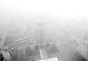 从高楼上俯瞰二七广场,二七塔和周围的建筑都若隐若现。晚报记者 马健 图