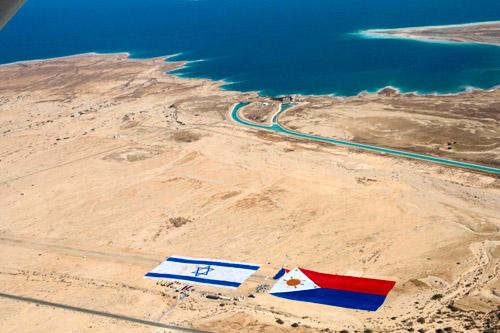 死海视频上的以色列与菲律宾海滩国旗美女教程内丝图片