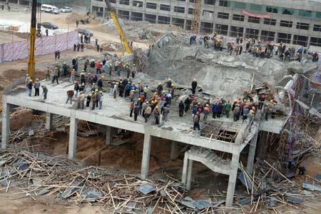 11月25日凌晨,正在修建的山西侯马市西客站两层候车大厅坍塌。