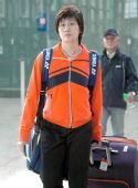 图文:中国羽毛球队抵达香港 朱琳走出火车站