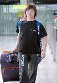 图文:中国羽毛球队抵达香港 张亚雯走出火车站