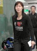图文:中国羽毛球队抵达香港 魏轶力走出火车站