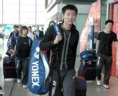 图文:中国羽毛球队抵达香港 陈金走出火车站