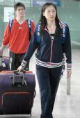 图文:中国羽毛球队抵达香港 张宁步出火车站