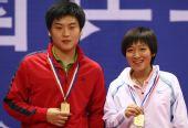 图文:[乒乓球]郝帅刘诗雯夺金 笑纳冠军奖牌