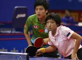 图文:[乒乓球]郝帅刘诗雯夺金 静待对手发球