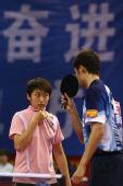 图文:[乒乓球]郝帅刘诗雯夺金 赛间探讨战术