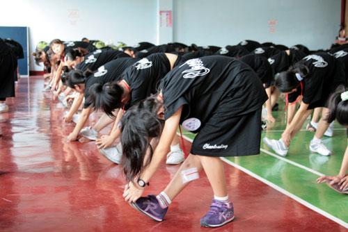 图文:全明星啦啦队训练营掠影 学员们刻苦训练