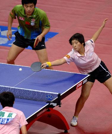 图文:[乒乓球]郝帅刘诗雯夺金 刘诗雯反手回球