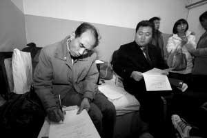 李旭光在委托书上签字。本报记者 夏永 摄
