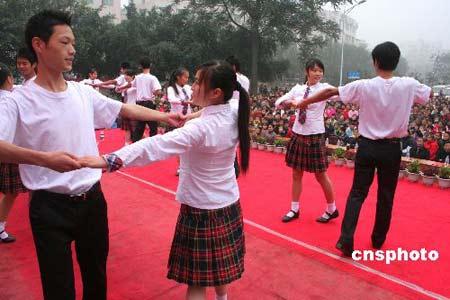 重庆校园集体舞下乡表演受欢迎