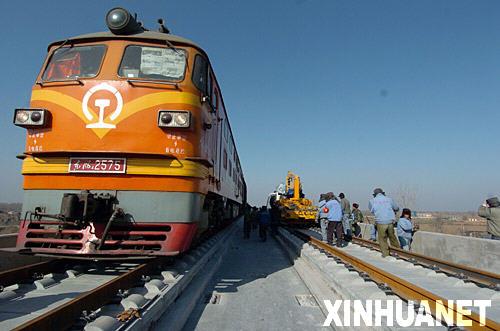 11月26日,中铁二局京津城际项目部的施工队伍在寒风中加大进度,双线并进向北京铺轨。