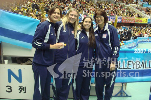 图文:郎平与朋友相约北京不见不散 与队员合影