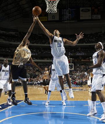 图文:[NBA]奇才胜小牛 霍华德力摘篮板