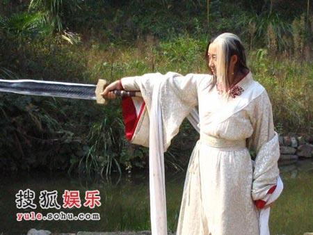 陈佳佳手持越王剑