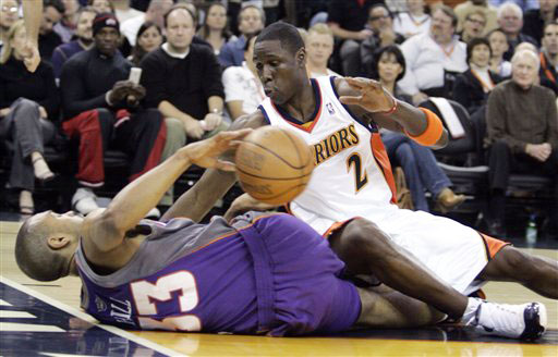 图文:[NBA]太阳负勇士 希尔摔倒在地