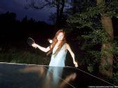 图文:[乒乓球]四元奈生美写真 郊外别有情趣