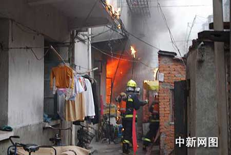 浙江舟山一民宅今晨起火 十七人被困其中