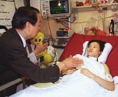 桑兰受伤后,外交部长钱其琛到医院探望