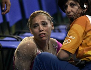 体操选手受伤坐在地上