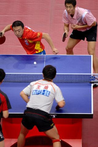 图文:[乒乓球]马琳/王励勤男双夺金 马琳发球