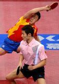 图文:[乒乓球]马琳/王励勤男双夺金 马琳发力