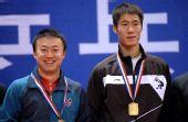 图文:[乒乓球]马琳/王励勤男双夺金 领奖台上