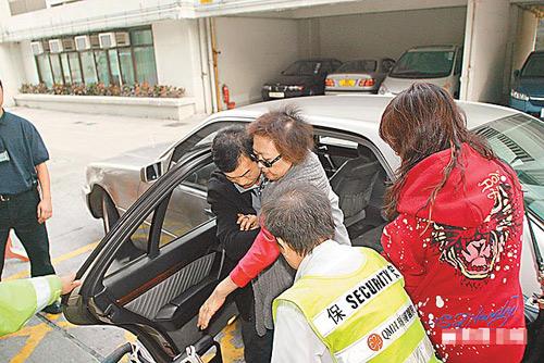 肥姐返港后直往玛丽医院,她由欣宜和司机搀扶落车时显得举步维艰。