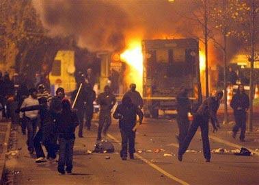 """暴民用各种各样的武器与警方展开""""城市游击战"""""""