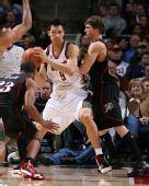 图片:[NBA]76人VS雄鹿 易建联舍命护球