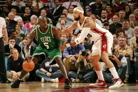 图文:[NBA]76人VS雄鹿 小AI力求胜利