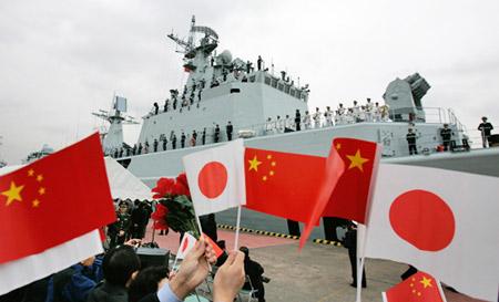 """11月28日,中国海军""""深圳""""号导弹驱逐舰抵达东京晴海码头。"""