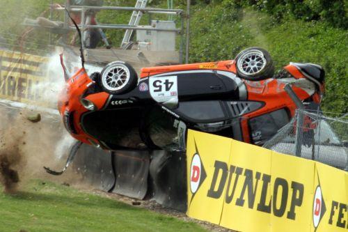 图文:[赛车]2007赛季事故瞬间 停留在轮胎墙上