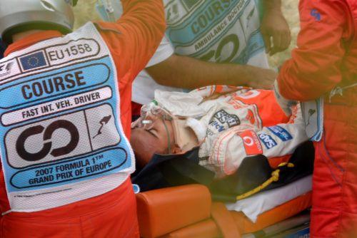 图文:[赛车]2007赛季事故瞬间 汉密尔顿被抬走