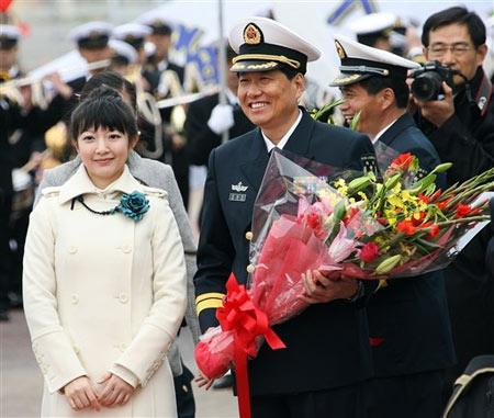 11月28日,礼仪小姐向南海舰队副司令员肖新年少将献花。