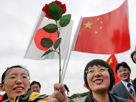 11月28日,众多在日华人华侨和留学生代表赶来码头迎接军舰到访。