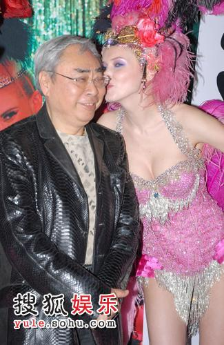 富豪林建名得粉红洋妞献吻