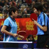 图文:[乒乓球]郭跃/李晓霞夺冠 球拍遮挡交流