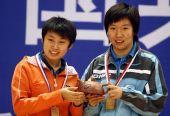 图文:[乒乓球]郭跃/李晓霞夺冠 幸福举起茶壶