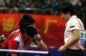 图文:[乒乓球]郭跃/李晓霞夺冠 发球前交流