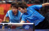 图文:[乒乓球]郭跃/李晓霞夺冠 晓霞轻搓过网