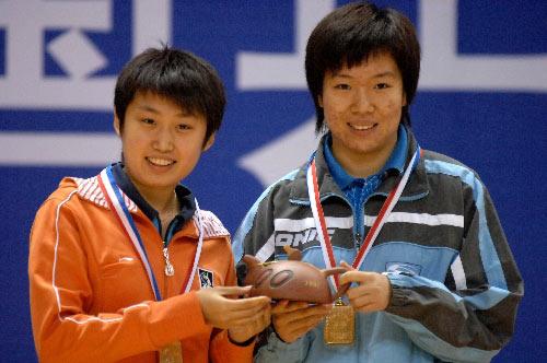 图文:[乒乓球]郭跃/李晓霞夺冠 夺金牌笑眯眯